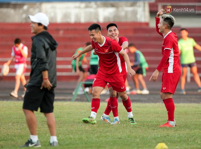 Bị hầm trong bài đá ma, Đình Trọng trút giận lên Văn Toàn ở buổi tập trước trận ra quân AFF Cup 2018 - Ảnh 2.