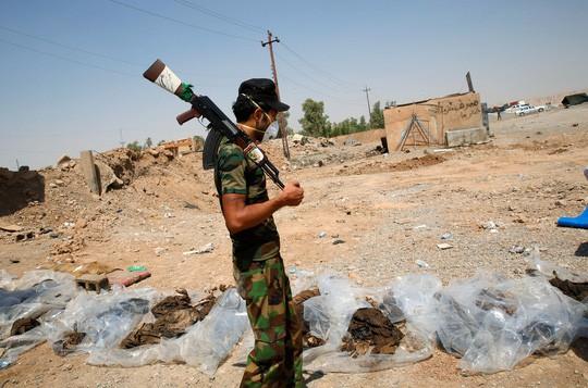 Phát hiện các mộ chôn 12.000 thi thể nạn nhân của IS - Ảnh 1.