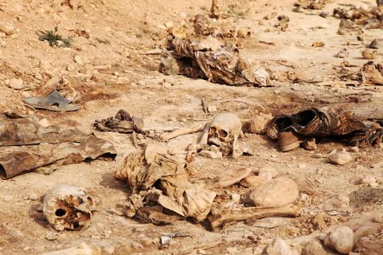 Phát hiện các mộ chôn 12.000 thi thể nạn nhân của IS - Ảnh 2.
