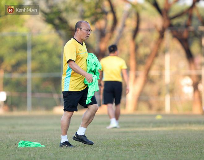 Bị hầm trong bài đá ma, Đình Trọng trút giận lên Văn Toàn ở buổi tập trước trận ra quân AFF Cup 2018 - Ảnh 5.