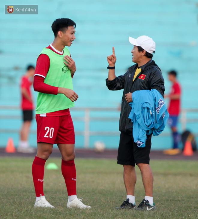Bị hầm trong bài đá ma, Đình Trọng trút giận lên Văn Toàn ở buổi tập trước trận ra quân AFF Cup 2018 - Ảnh 6.