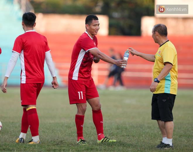 Bị hầm trong bài đá ma, Đình Trọng trút giận lên Văn Toàn ở buổi tập trước trận ra quân AFF Cup 2018 - Ảnh 8.