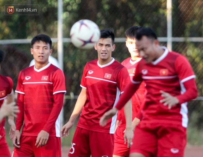 Bị hầm trong bài đá ma, Đình Trọng trút giận lên Văn Toàn ở buổi tập trước trận ra quân AFF Cup 2018 - Ảnh 9.
