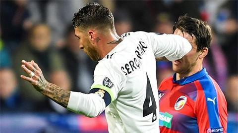 Đội trưởng tai tiếng của Real Madrid đánh cùi chỏ khiến đối thủ chảy máu mũi ròng ròng - Ảnh 3.