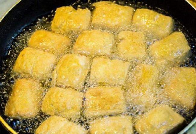 Đầu bếp nhà hàng mách chị em rằng trước khi rán đậu phụ hãy ngâm vào thứ nước này, thành phẩm vàng ươm ngon tuyệt - Ảnh 3.