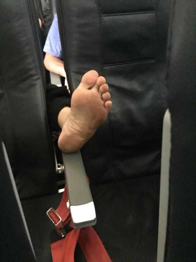 Ám ảnh với những bàn chân hư trên máy bay xe khách, dân mạng mách nhau cách xử lý cao tay - Ảnh 7.