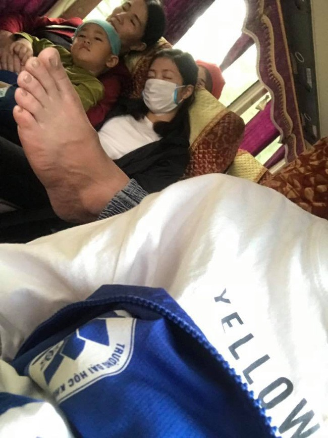 Ám ảnh với những bàn chân hư trên máy bay xe khách, dân mạng mách nhau cách xử lý cao tay - Ảnh 8.