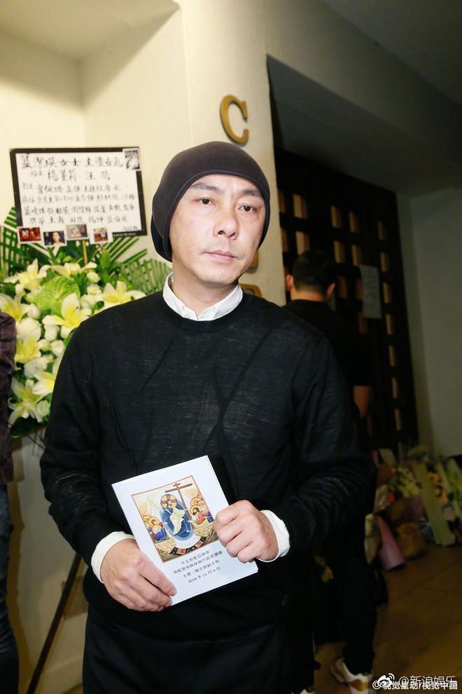 Tang lễ Lam Khiết Anh: Trương Vệ Kiện buồn bã, chị gái lặng người trước di ảnh xinh đẹp của nữ diễn viên - Ảnh 2.