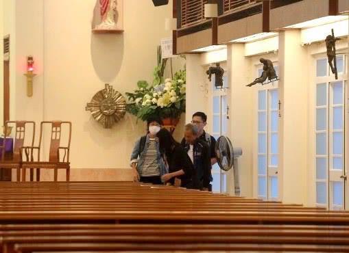 Tang lễ Lam Khiết Anh: Trương Vệ Kiện buồn bã, chị gái lặng người trước di ảnh xinh đẹp của nữ diễn viên - Ảnh 11.