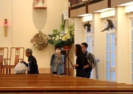 Tang lễ Lam Khiết Anh: Trương Vệ Kiện buồn bã, chị gái lặng người trước di ảnh xinh đẹp của nữ diễn viên - Ảnh 12.