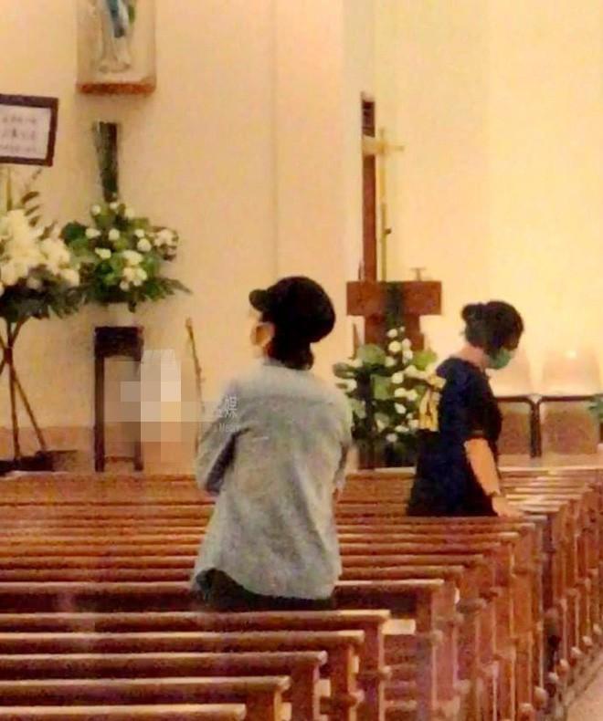 Tang lễ Lam Khiết Anh: Trương Vệ Kiện buồn bã, chị gái lặng người trước di ảnh xinh đẹp của nữ diễn viên - Ảnh 13.