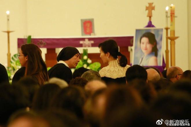 Tang lễ Lam Khiết Anh: Trương Vệ Kiện buồn bã, chị gái lặng người trước di ảnh xinh đẹp của nữ diễn viên - Ảnh 8.
