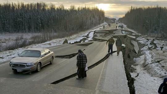Bang Alaska thiệt hại nặng sau trận động đất mạnh bất thường - Ảnh 2.