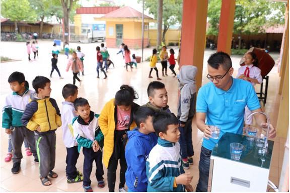 Asanzo trao tặng hơn 30 máy lọc nước trị giá hơn 200 triệu đồng cho quê nhà cầu thủ Quang Hải - Ảnh 1.
