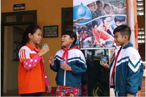 Asanzo trao tặng hơn 30 máy lọc nước trị giá hơn 200 triệu đồng cho quê nhà cầu thủ Quang Hải - Ảnh 2.