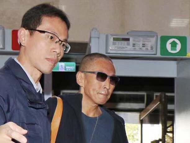 """Nộp hơn 1 tỷ tiền bảo lãnh, tài tử """"Bao Thanh Thiên"""" được về nhà sau scandal cưỡng hiếp - Ảnh 3."""