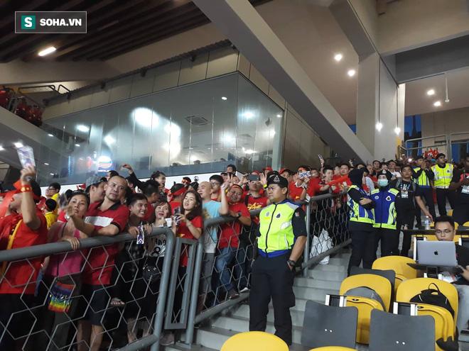 Mua vé đàng hoàng, CĐV Việt Nam vẫn phải đứng để nhường chỗ cho fan Malaysia - Ảnh 2.