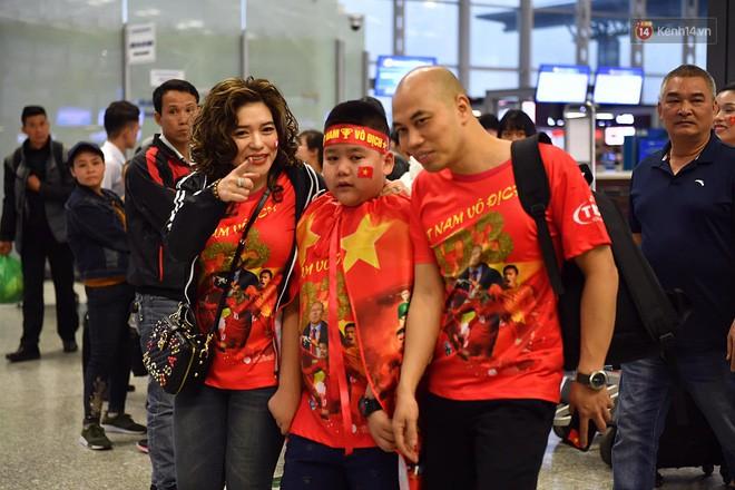 CĐV nhuộm đỏ sân bay Nội Bài và Tân Sơn Nhất, lên đường sang Malaysia tiếp lửa cho ĐT Việt Nam trong trận chung kết AFF Cup - Ảnh 2.