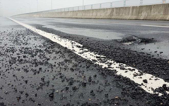 Cao tốc Đà Nẵng - Quảng Ngãi lại xuất hiện ổ gà sau nhiều ngày mưa lớn - Ảnh 1.