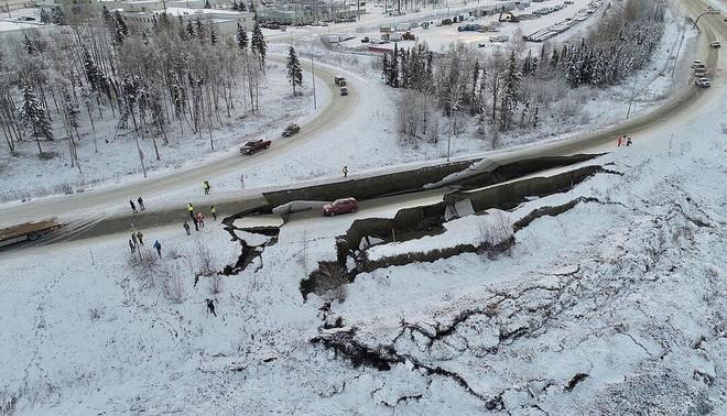 Alaska đã làm thế nào để sửa những con đường hư hại do động đất chỉ trong vài ngày? - Ảnh 2.