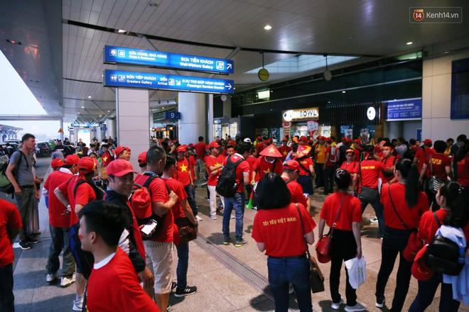 CĐV nhuộm đỏ sân bay Nội Bài và Tân Sơn Nhất, lên đường sang Malaysia tiếp lửa cho ĐT Việt Nam trong trận chung kết AFF Cup - Ảnh 11.