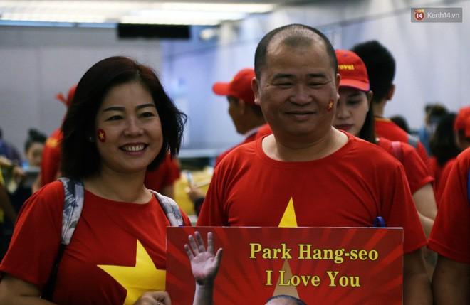 CĐV nhuộm đỏ sân bay Nội Bài và Tân Sơn Nhất, lên đường sang Malaysia tiếp lửa cho ĐT Việt Nam trong trận chung kết AFF Cup - Ảnh 15.