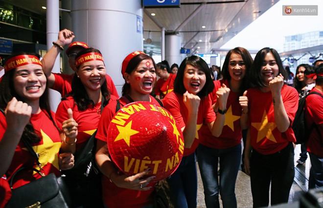 CĐV nhuộm đỏ sân bay Nội Bài và Tân Sơn Nhất, lên đường sang Malaysia tiếp lửa cho ĐT Việt Nam trong trận chung kết AFF Cup - Ảnh 17.