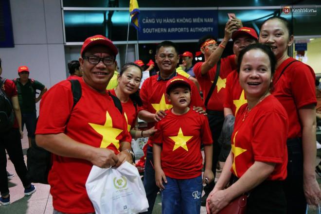 CĐV nhuộm đỏ sân bay Nội Bài và Tân Sơn Nhất, lên đường sang Malaysia tiếp lửa cho ĐT Việt Nam trong trận chung kết AFF Cup - Ảnh 18.