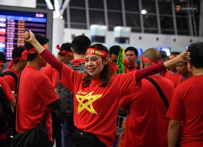 CĐV nhuộm đỏ sân bay Nội Bài và Tân Sơn Nhất, lên đường sang Malaysia tiếp lửa cho ĐT Việt Nam trong trận chung kết AFF Cup - Ảnh 5.