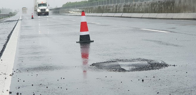 Cao tốc Đà Nẵng - Quảng Ngãi lại xuất hiện ổ gà sau nhiều ngày mưa lớn - Ảnh 5.