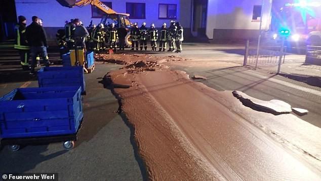 Đức: Cả tấn chocolate tràn ra đường sau khi nhà máy sản xuất bị vỡ bể chứa - Ảnh 1.