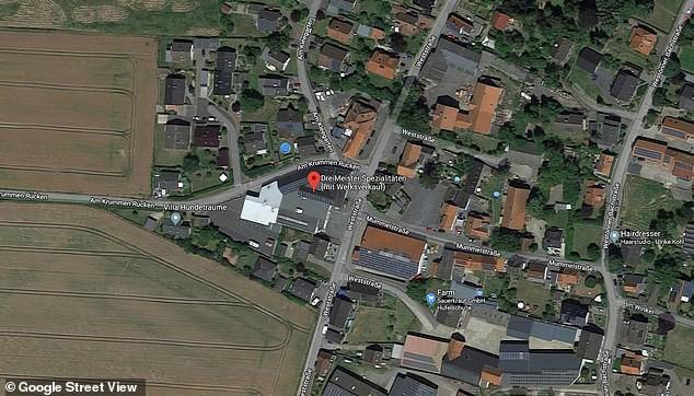 Đức: Cả tấn chocolate tràn ra đường sau khi nhà máy sản xuất bị vỡ bể chứa - Ảnh 2.