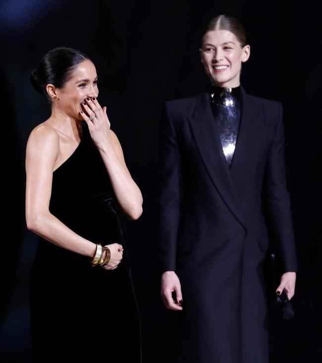 Meghan bị chê làm màu khi cười giả tạo, có thể đang mang song thai vì lời chia sẻ bất thường của Hoàng tử Harry - Ảnh 1.