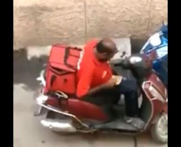 Người giao hàng ở Ấn Độ hồn nhiên ăn vụng thức ăn của khách giữa đường - Ảnh 2.