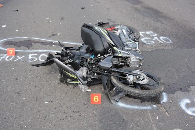 Người đàn ông tử vong, đầu xe máy vỡ nát sau cú va chạm với xe tải - Ảnh 1.
