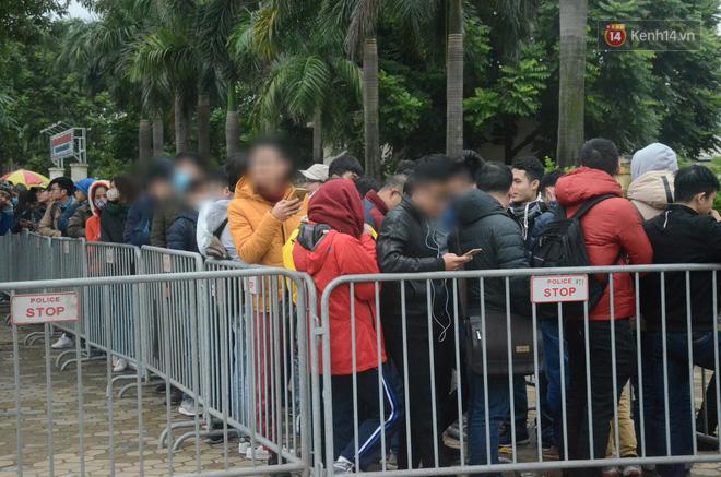 Clip: Cận cảnh những pha chặt chém của dân phe vé trước mặt công an, giá vé chợ đen trận Việt Nam-Malaysia lên 18 triệu đồng/cặp - Ảnh 1.