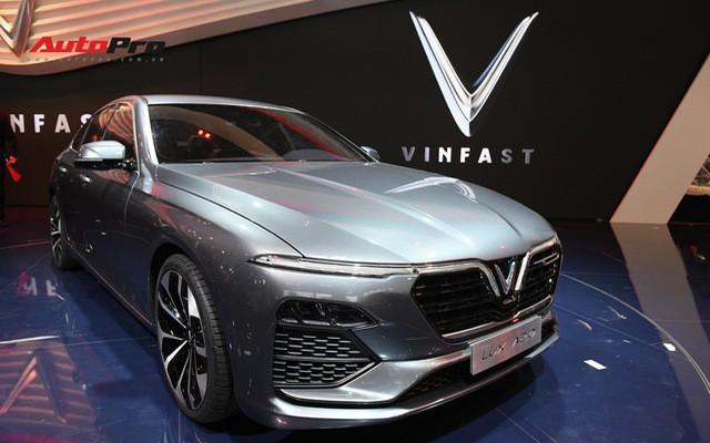 Vì sao VinFast định hướng cao cấp ngay từ đầu nhưng Vsmart lại bắt đầu từ tầm trung và giá rẻ? - Ảnh 1.