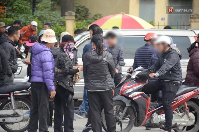 Clip: Cận cảnh những pha chặt chém của dân phe vé trước mặt công an, giá vé chợ đen trận Việt Nam-Malaysia lên 18 triệu đồng/cặp - Ảnh 7.