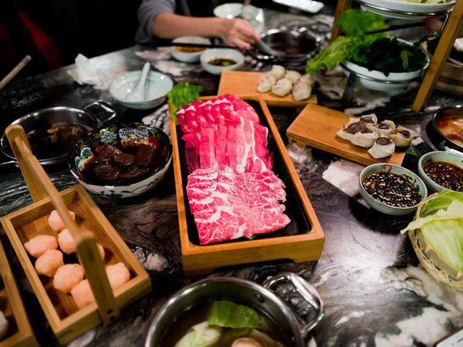 Nhà hàng lẩu hữu cơ đầu tiên ở Thượng Hải gây ấn tượng khi cho thực khách tự thu hoạch rau ngay tại bàn - Ảnh 6.