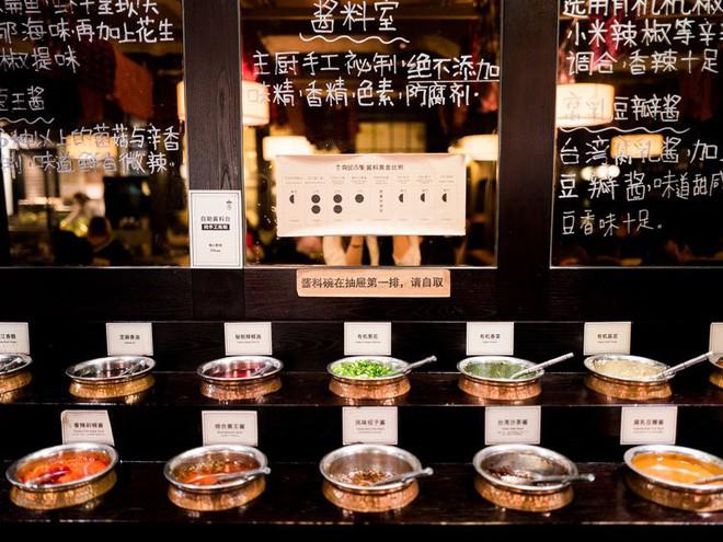 Nhà hàng lẩu hữu cơ đầu tiên ở Thượng Hải gây ấn tượng khi cho thực khách tự thu hoạch rau ngay tại bàn - Ảnh 9.
