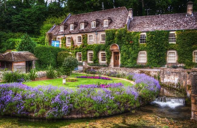 Chìm đắm trong thế giới cổ tích mang đậm vẻ cổ kính khi đến thăm ngôi nhà của những người yêu hoa - Ảnh 1.