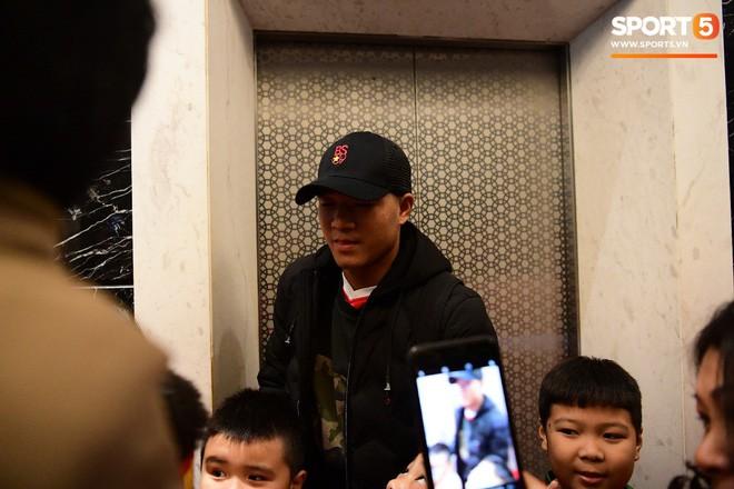 Văn Lâm, Xuân Trường bị fan vây chặt trên đường rời khách sạn về nhà - Ảnh 7.