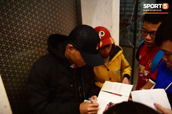 Văn Lâm, Xuân Trường bị fan vây chặt trên đường rời khách sạn về nhà - Ảnh 8.