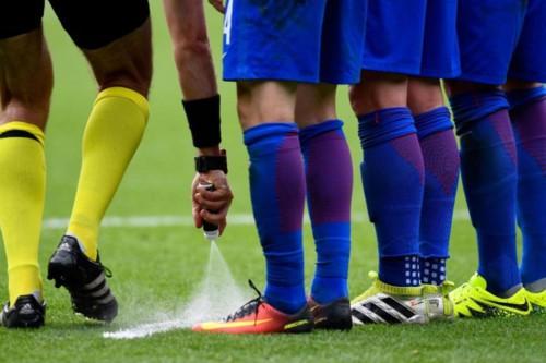 Bình xịt kì lạ đằng sau lưng quần các trọng tài tại AFF Cup 2018 dùng để làm gì? - Ảnh 2.