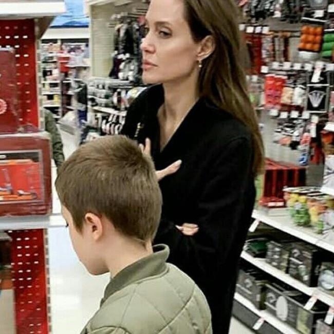Angelina Jolie đưa con ruột đi chơi sau khi tố chồng cũ từng ghét bỏ Pax Thiên - Ảnh 1.