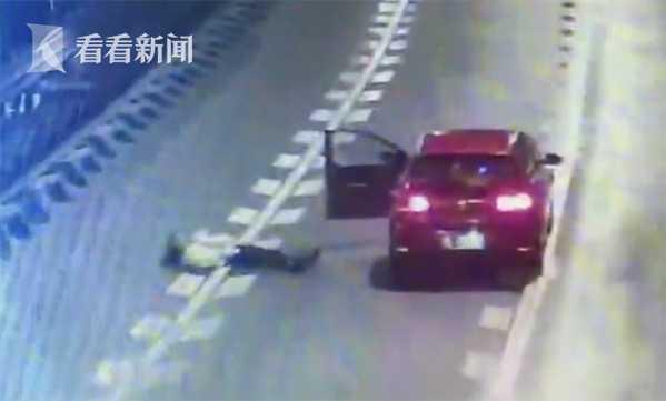 Bánh bèo tối thượng: Cãi nhau với bạn trai, nữ tài xế xuống xe nằm dài giữa đường cao tốc ăn vạ - Ảnh 2.