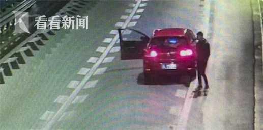 Bánh bèo tối thượng: Cãi nhau với bạn trai, nữ tài xế xuống xe nằm dài giữa đường cao tốc ăn vạ - Ảnh 3.