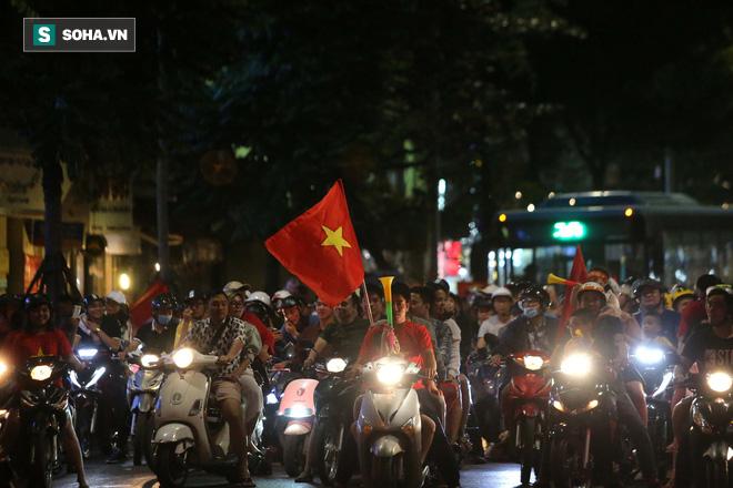 """CĐV Việt Nam lại """"đi bão"""" sau màn đả bại Philippines của thầy trò HLV Park Hang-seo - Ảnh 2."""