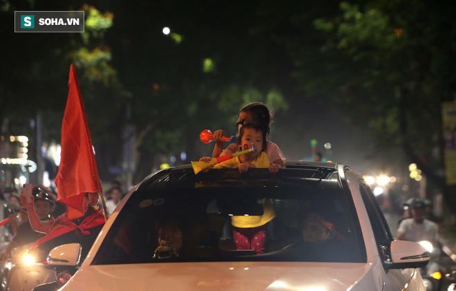 """CĐV Việt Nam lại """"đi bão"""" sau màn đả bại Philippines của thầy trò HLV Park Hang-seo - Ảnh 3."""