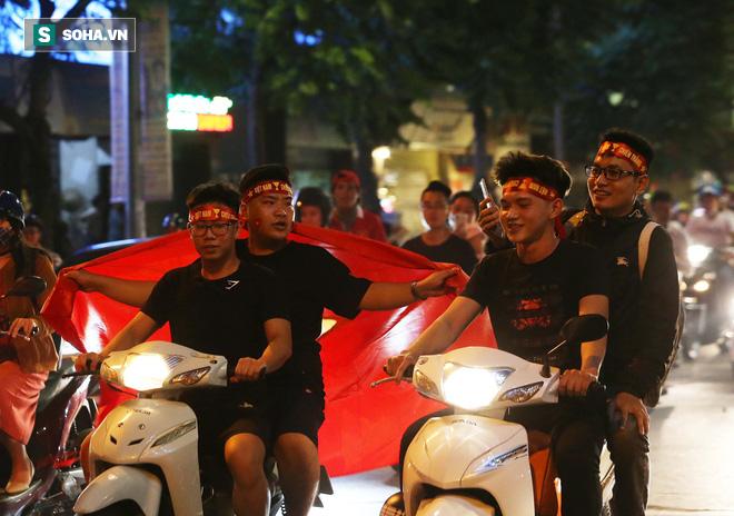 """CĐV Việt Nam lại """"đi bão"""" sau màn đả bại Philippines của thầy trò HLV Park Hang-seo - Ảnh 5."""
